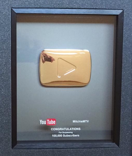 YouTube 銀の再生ボタンの盾