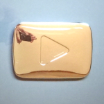 チャンネル登録者10万人を超えたYouTuberに贈られる『銀の再生ボタンの盾』が届いた!